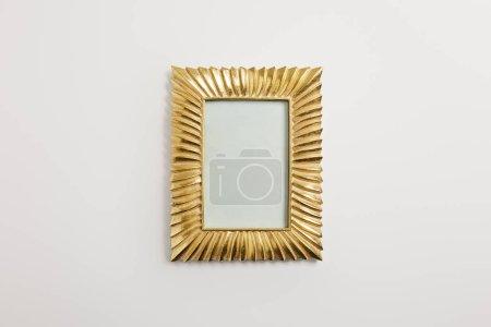 Foto de Marco decorativo dorado sobre fondo blanco - Imagen libre de derechos