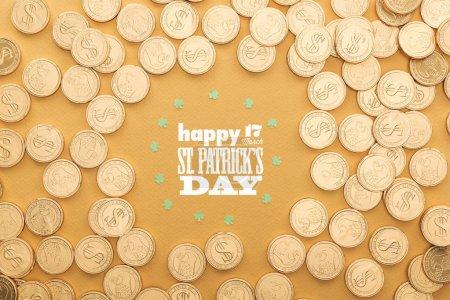 Photo pour Haut de la page vue des pièces d'or avec des signes de dollar et cercle de trèfles près st heureux inscription journée patricks sur fond orange - image libre de droit