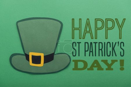 Photo pour Chapeau en papier près heureux st patricks lettrage jour sur fond vert - image libre de droit