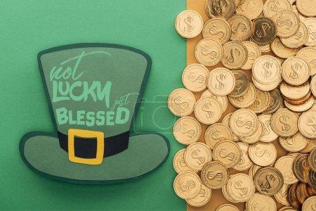 Photo pour Vue de dessus des pièces d'or près de chapeau de papier avec pas de chance juste béni lettrage sur fond vert - image libre de droit