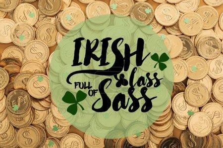 Photo pour Vue de dessus des pièces d'or avec des signes de dollar et verts petits trèfles près de lass irlandaises pleines de sass - image libre de droit