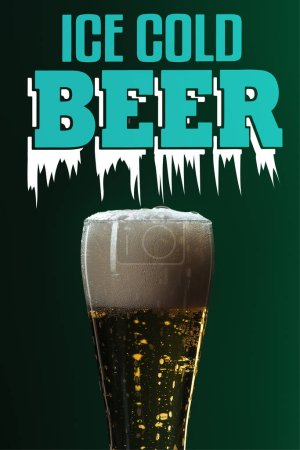 Foto de Vaso de cerveza con espuma cerca de Letras de cerveza fría de hielo sobre fondo verde - Imagen libre de derechos