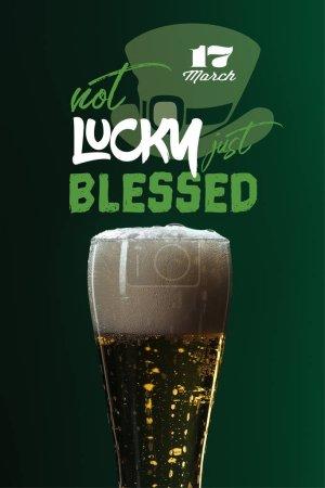 Photo pour Verre à bière avec la mousse près de pas de chance juste béni lettrage sur fond vert - image libre de droit