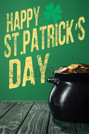 Photo pour Pièces d'or dans une marmite avec st heureux inscription journée patricks sur fond vert - image libre de droit