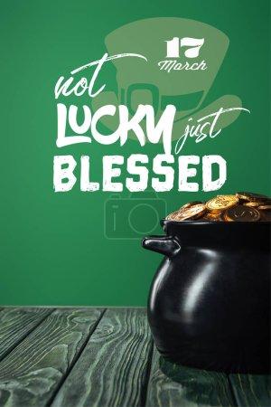 Photo pour Pièces d'or dans une marmite avec pas de chance juste béni lettrage sur fond vert - image libre de droit