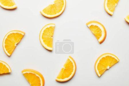 Photo pour Vue de dessus des tranches d'orange juteuses sur fond blanc - image libre de droit
