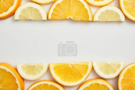 Photo pour Poser à plat avec des tranches d'orange et de citron sur fond blanc - image libre de droit