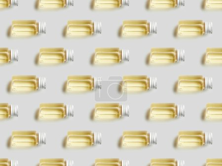 Photo pour Plat poser des bouteilles en verre avec des huiles essentielles sur fond gris - image libre de droit