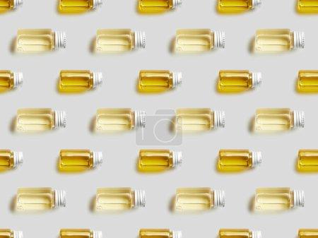 Photo pour Vue de dessus des bouteilles en verre avec de l'huile essentielle sur fond gris - image libre de droit