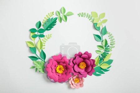Photo pour Vue du dessus des fleurs et des feuilles en papier rose sur fond gris - image libre de droit