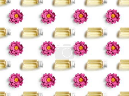 Foto de Flores de papel rosas y botellas de champú en el patrón de fondo transparente, blanco - Imagen libre de derechos