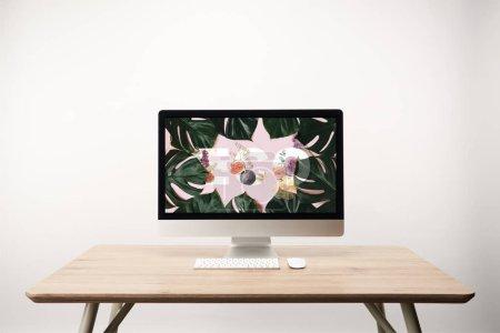 Photo pour Ordinateur avec des feuilles de monstera vert et éco lettrage sur moniteur sur le bureau en bois - image libre de droit