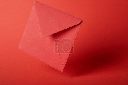 Foto de Sobre brillante, colorido y vacíelo sobre fondo rojo con espacio de copia - Imagen libre de derechos
