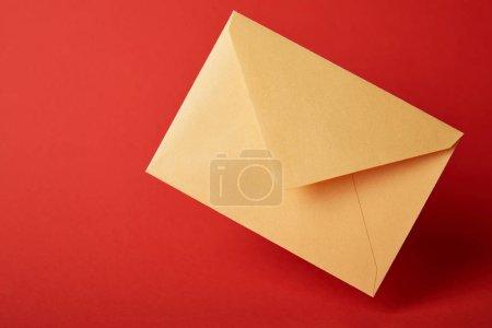 Foto de Sobre brillante, colorido y amarillo sobre fondo rojo con espacio de copia - Imagen libre de derechos