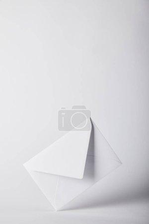 Photo pour Enveloppe vide et blanche sur fond gris avec espace copie - image libre de droit
