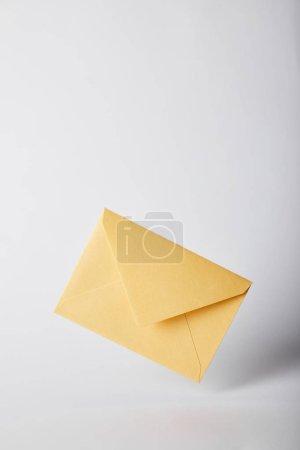 Photo pour Enveloppe jaune et lumineux sur fond gris avec espace copie - image libre de droit