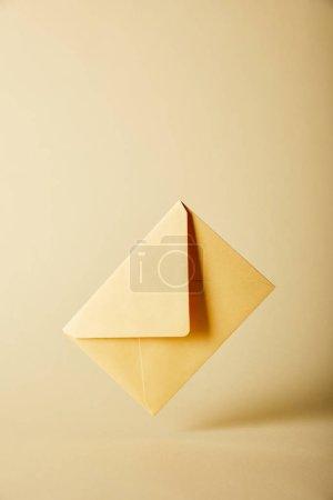 Photo pour Enveloppe jaune et lumineux sur fond coloré avec espace copie - image libre de droit