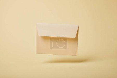 Foto de Sobres en blanco y beige sobre fondo amarillo con espacio de copia - Imagen libre de derechos