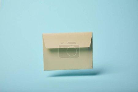 Foto de Sobre beige y vacíelo sobre fondo azul con espacio de copia - Imagen libre de derechos
