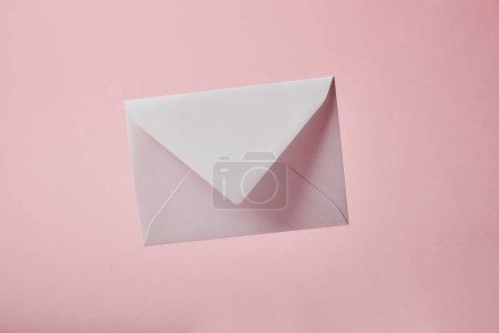 Photo pour Enveloppe blanche et vide isolée sur rose avec espace de copie - image libre de droit