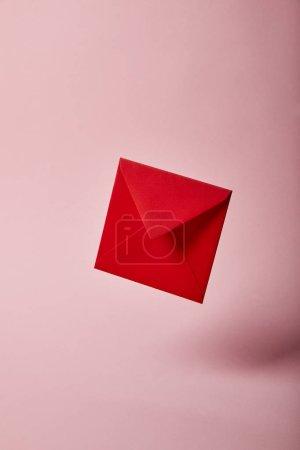 Photo pour Enveloppe rouge et lumineux sur fond rose avec espace copie - image libre de droit