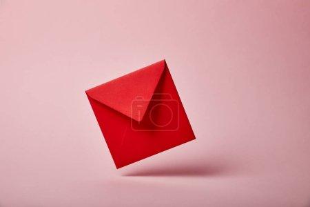Foto de Sobre rojo y colorido sobre fondo rosa con espacio de copia - Imagen libre de derechos