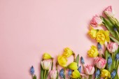 """Постер, картина, фотообои """"вид сверху свежие розовые тюльпаны, гиацинты синий и желтый нарцисс Цветы на розовом фоне"""""""