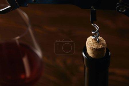 Photo pour Bouteille avec bouchon en bois et acier tire-bouchon sur brown - image libre de droit
