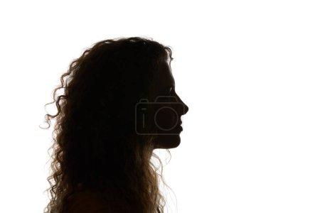Photo pour Silhouette de femme bouclée regardant loin isolé sur le blanc - image libre de droit