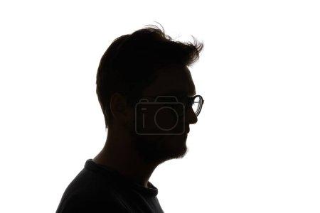Photo pour Silhouette de l'homme dans des verres avec la barbe d'isolement sur le blanc - image libre de droit