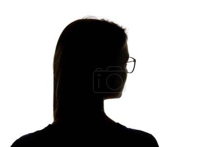 Silueta de mujer en gafas mirando hacia otro lado aislada sobre blanco
