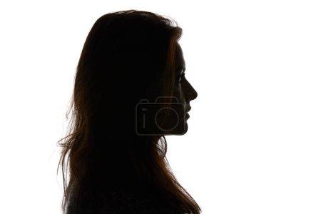 Photo pour Vue latérale de femme regardant loin isolé sur le blanc - image libre de droit