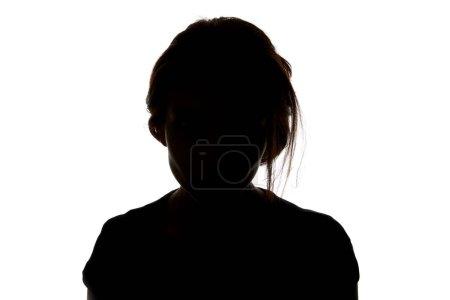 Silueta de mujer mirando a la cámara aislada en blanco