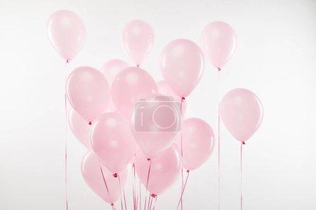 Photo pour Fond avec faisceau de ballons décoratifs à air rose sur blanc - image libre de droit