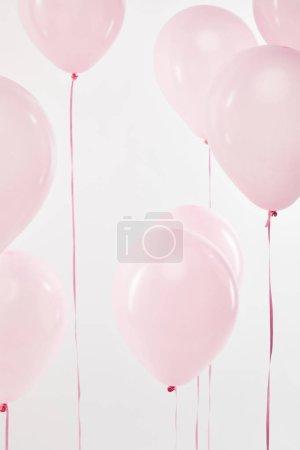 Photo pour Ballons à air chaud fond décoratif flottantes rose isolés sur blanc - image libre de droit
