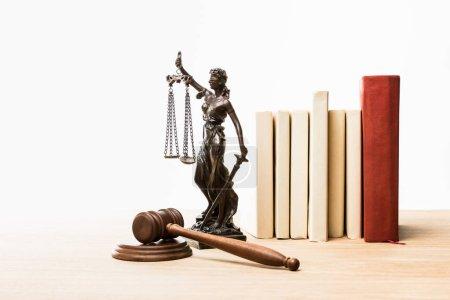 Photo pour Figurine en métal avec écailles de justice, marron marron marteau et livres sur table en bois isolé sur blanc - image libre de droit