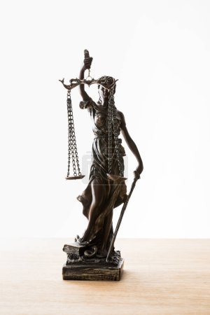 Photo pour Statuette en bronze avec écailles de justice sur surface en bois isolée sur blanc - image libre de droit