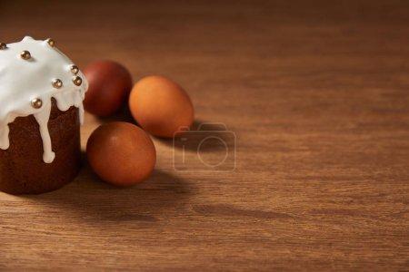 Photo pour Décoration de gâteau de Pâques et oeufs de poule peinte sur une surface en bois avec espace copie - image libre de droit