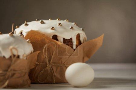 Foto de Enfoque selectivo de deliciosos pasteles de Pascua con aspersiones y huevo de gallina - Imagen libre de derechos