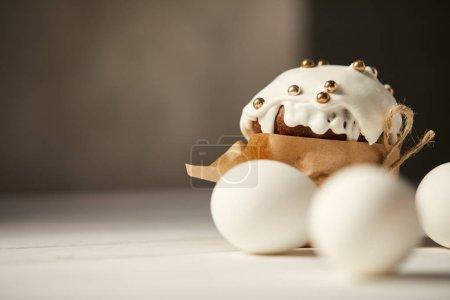 Photo pour Mise au point sélective de délicieux oeufs de Pâques gâteau et poulet avec espace copie - image libre de droit