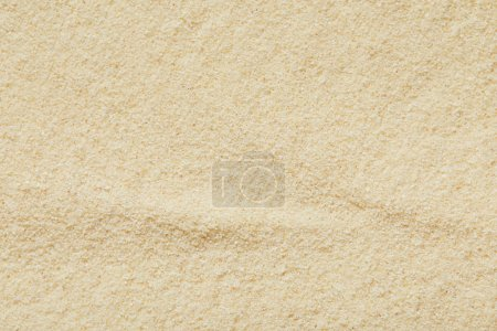 Photo pour Vue de dessus de la surface sablonneuse dorée et texturée sur la plage en été - image libre de droit