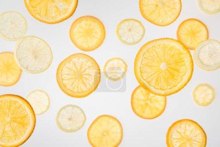 Photo pour Tranches d'orange vif et de citron sur fond gris - image libre de droit