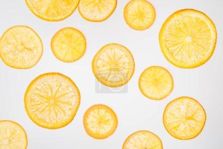 Foto de Rodajas de naranja jugosas frescas sobre fondo gris - Imagen libre de derechos