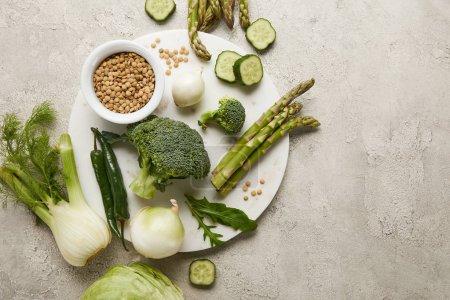 Foto de Vista superior de verduras y semillas en la superficie con textura gris - Imagen libre de derechos