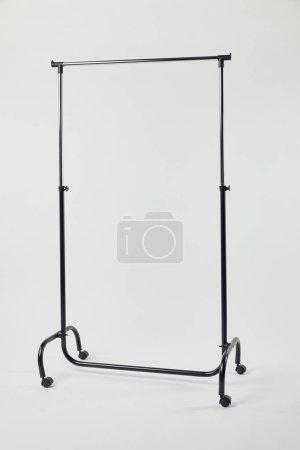 Photo pour Support droit en acier noir sur roues isolées sur gris - image libre de droit