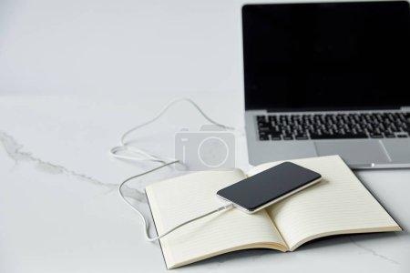 Photo pour Ordinateur portable avec écran blanc, smartphone et ordinateur portable isolé sur le gris - image libre de droit