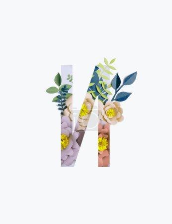 Photo pour Lettre cyrillique avec papier découpé fleurs pastel et feuilles isolées sur fond blanc - image libre de droit