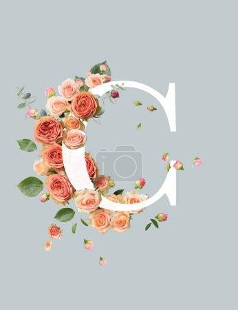 Photo pour Lettre blanche C avec des roses beige et des feuilles vertes isolées sur le gris - image libre de droit