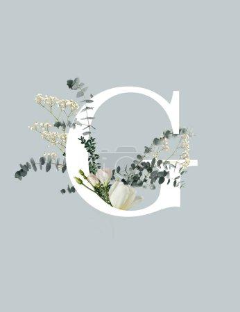 Photo pour Lettre blanche C avec fleurs sauvages, bourgeons et feuilles vertes isolées sur le gris - image libre de droit