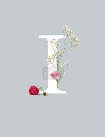 Photo pour Lettre blanche I avec des bourgeons et des fleurs sauvages d'isolement sur le gris - image libre de droit